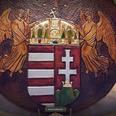 Angyalos címerrel díszített,aranyozott,pajzs-formájú falióra
