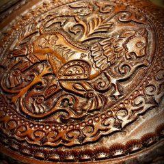 Egyedi motívumokkal díszített bőr Tarsoly