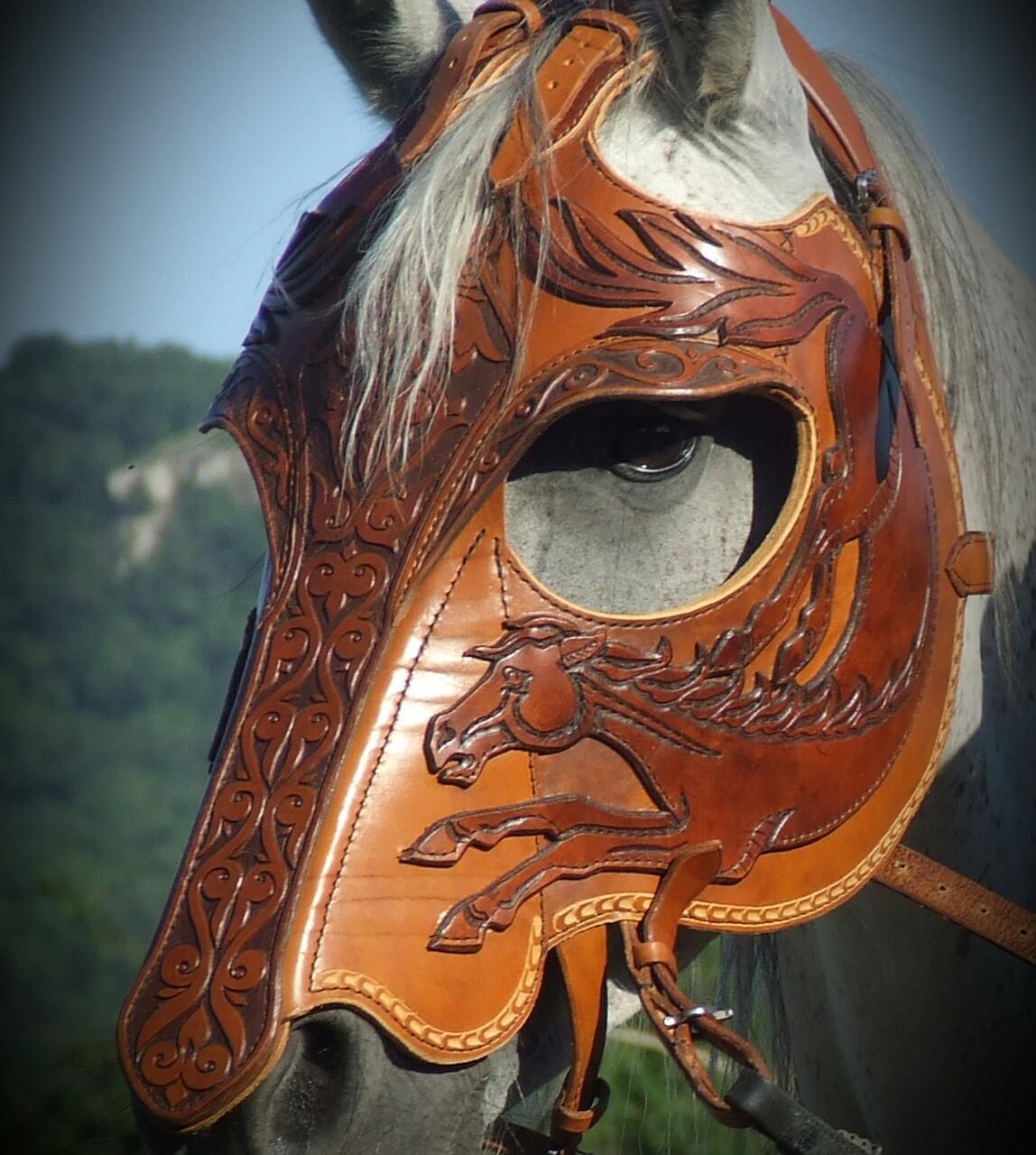 Ló-motívummal díszített fejvért