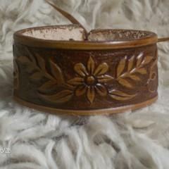 Faragott barna karkötő,Kalocsai virággal