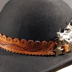 Egyedi, faragott motívumokkal díszített kalapszíj