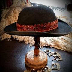 Egyedi, faragott, festett motívumokkal díszített kalapszíj